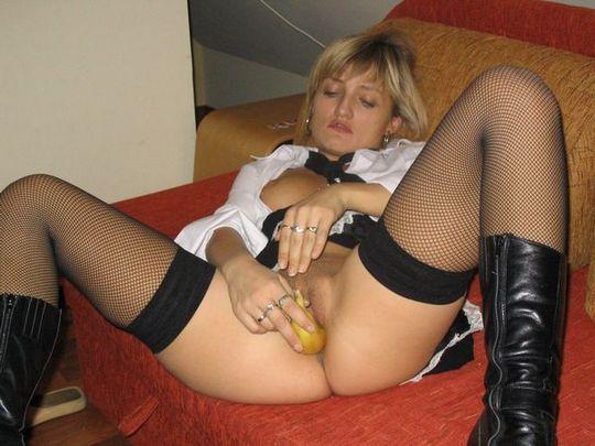 Сладострастница возбуждает мужа, играя со своим телом - порно фото
